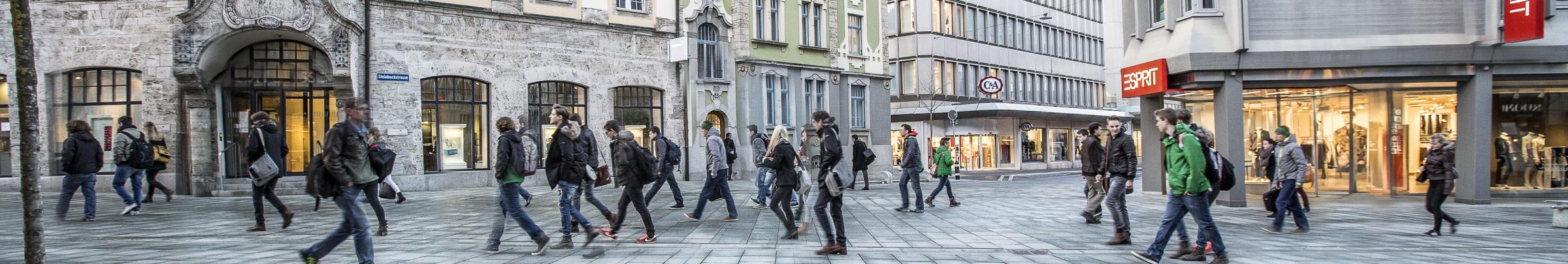 Die Szenarien zur Bevölkerungsentwicklung in der Schweiz sind eine markante Alterung der Wohnbevölkerung zwischen 2005 und 2035 und eine rückläufige Erwerbsbevölkerung ab 2015.
